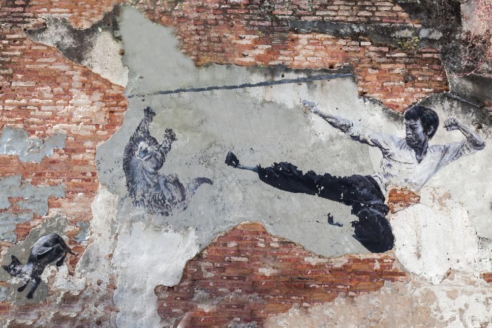 Peinture murale représentant Bruce Lee donnant un coup de pied dans l'air